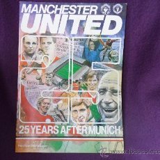 Coleccionismo deportivo: MANCHESTER UNITED- 25 YEARS AFTER MUNICH. THE OFFICIAL CLUB PUBLICATION. EN INGLES. POSTER CENTRAL.. Lote 32914259