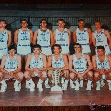 Coleccionismo deportivo: ANTIGUA FOTOGRAFIA DEL REAL MADRID DE BALONCESTO, CAMPEON DE EUROPA 1966/67, ED. BERGAS, NO CIRCULAD. Lote 38282707