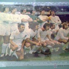 Coleccionismo deportivo: RECORTE DE PERIODICO CON ALINEACIÓN REAL MADRID 1975 EN EL NOU CAMP. Lote 46628932