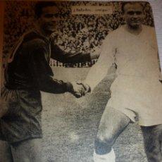Coleccionismo deportivo: LUIS SUAREZ(F.C.BARCELONA-BARÇA-(12CM X 15 CM)CON ALFREDO DI STEFANO-RECORTE ORIGINAL ÉPOCA. Lote 69935661