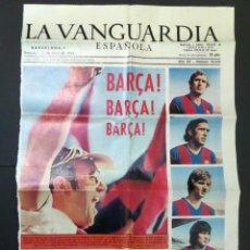 Coleccionismo deportivo: PRIMERA PAGINA DE LA VANGUARDIA HOMENAJE A LA DELANTERA DEL BARÇA DEL AÑO 1974. Lote 97466259