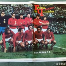 Coleccionismo deportivo: LAMINA POSTER ANTIGUA EQUIPO DE FUTBOL REAL MURCIA C. F. REVISTA PUEBLO DE QUINIELAS AÑOS 70. Lote 202429181
