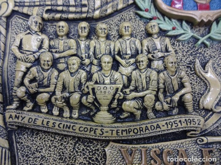 Coleccionismo deportivo: Cartel relieve FC BARCELONA. Campió lliga 1974. 27 x 20 ctms. KUBALA-CRUYFF-SOTIL.... - Foto 4 - 212691338