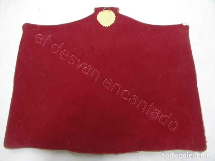 Coleccionismo deportivo: Cartel relieve FC BARCELONA. Campió lliga 1974. 27 x 20 ctms. KUBALA-CRUYFF-SOTIL.... - Foto 7 - 212691338