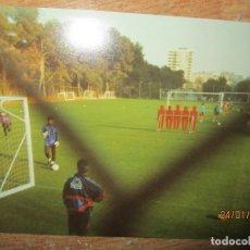 Coleccionismo deportivo: C F BARCELONA FUTBOL ANTIGUA ENTRENAMIENTO CLIVERT ENTRENADOR FIGO ETC POSIBLE TEMPORADA 1998. Lote 218146435