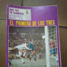 Coleccionismo deportivo: REAL MADRID N° 275. ABRIL 1973. EL PRIMERO DE LOS TRES. FOTO GOMBAU.. Lote 218777702