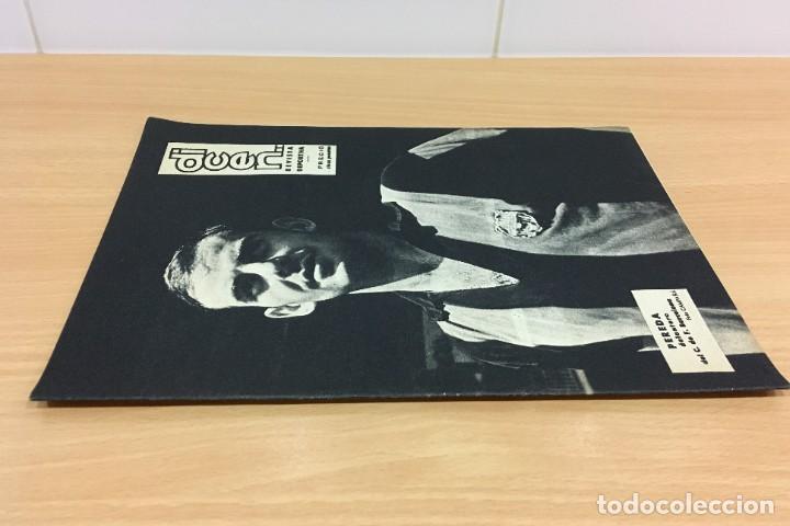 Coleccionismo deportivo: REVISTA DICEN AÑO XI Nº 555 - 20 SEPTIEMBRE 1963 - PEREDA DEL CF BARCELONA Y ENTREVISTA A KUBALA - Foto 2 - 222115357