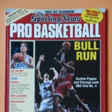 Coleccionismo deportivo: THE SPORTING NEWS. PRO BASKETBALL. 1993-1994 YEARBOOK. BULL RUN - DIVERSOS AUTORES. Lote 38950445