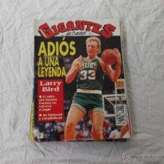 Coleccionismo deportivo: GIGANTES DEL BASKET Nº 356: LARRY BIRD. POSTER DE SABONIS. JOE KOPICKI. CALENDARIO 92-93. BOBBY LEWI. Lote 45340689