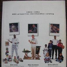 Coleccionismo deportivo: LIBRO-GUÍA DE MERCHANDISING NBA DE LA TEMPORADA 1992-93. Lote 70849709