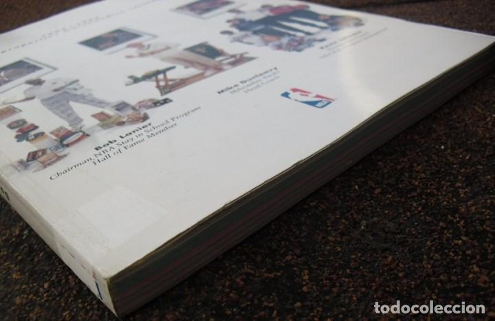 Coleccionismo deportivo: Libro-guía de merchandising NBA de la temporada 1992-93 - Foto 2 - 70849709