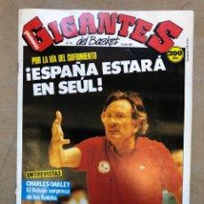 Coleccionismo deportivo: GIGANTES DEL BASKET N°141 (1988). ESPAÑA EN SEÚL, CHARLES OAKLEY, PEGATINA MAGIC JOHNSON, POSTER MYC. Lote 148413813