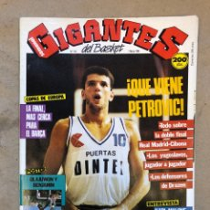 Coleccionismo deportivo: GIGANTES DEL BASKET N° 122 (1988). DRAZEN PETROVIC, K. MALONE, POSTER OLAJUWON Y BENJAMIN,... Lote 149444737
