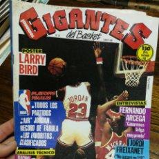 Coleccionismo deportivo: REVISTA GIGANTES DEL BASKET- PORTADA MICHAEL JORDAN, + POSTER LARRY BIRD- N°26, 1986.. Lote 150895053