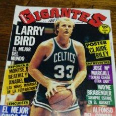 Coleccionismo deportivo: REVISTA GIGANTES DEL BASKET- PORTADA LARRY BIRD+ POSTER CENTRAL- N°15, 1986.. Lote 153054397