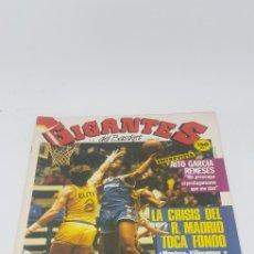 Coleccionismo deportivo: REVISTA GIGANTES DEL BASKET 65 FEBRERO DE 1987 CON PÓSTER CENTRAL. Lote 166321014