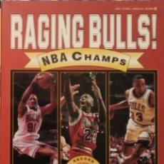 Coleccionismo deportivo: MICHAEL JORDAN - LIBRO/REVISTA ''RAGING BULLS'' - CUARTO ANILLO (1996) - NBA. Lote 184232372