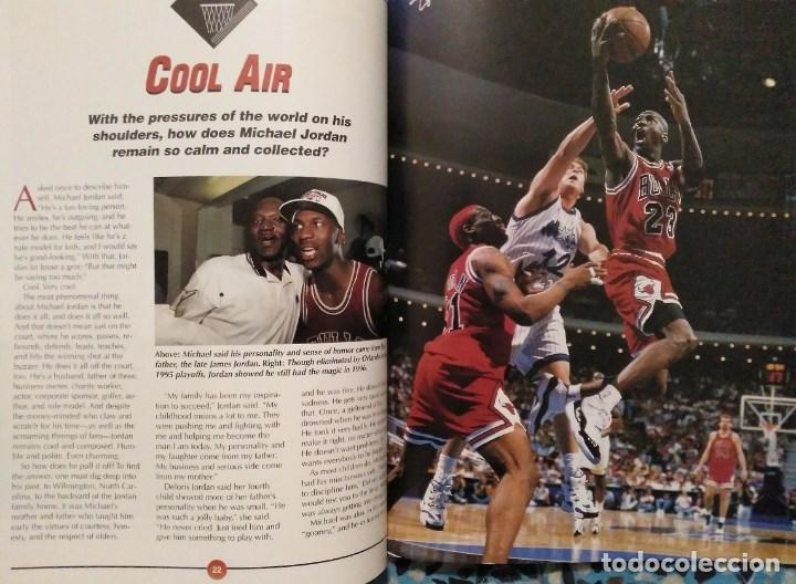 Coleccionismo deportivo: Michael Jordan - Libro/revista Raging Bulls - Cuarto anillo (1996) - NBA - Foto 5 - 184232372