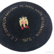 Coleccionismo deportivo: ANTIGUA TXAPELA CHAPELA CAMPEONATO DE CESTA PUNTA JAI ALAI 1975 FEDERACION ESPAÑOL PELOTA VASCA. Lote 194696161