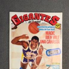 Coleccionismo deportivo: BALONCESTO. GIGANTES DEL BASKET NO.256, 1 DE OCTUBRE DE 1990 POSTER LOS GIGANTES DEL AÑO Y FICHAS. Lote 200875188