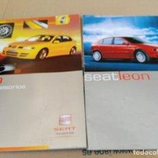 Coches: LOTE 2 CATALOGOS PUBLICIDAD ORIGINAL Y ACCESORIOS SEAT LEON AÑO 1999. Lote 253365345