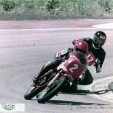 Coches y Motocicletas: FOTOGRAFIA ORIGINAL. MOTOS . ADELANTAMIENTO. MOTOCICLISMO.20 X 25 CM.. Lote 28048902