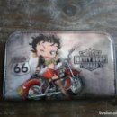 Coches y Motocicletas: MONEDERO BETTY BOOP ROUTE 66. RUTA 66. 16 X 9 CM. Lote 168824220