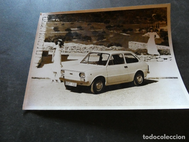 FOTOGRAFIA ORIGINAL DE PRENSA SEAT 133 TIENE UNA PEQUEÑA GRIETA (Coches y Motocicletas - Revistas de Motos y Motocicletas)