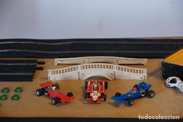 Scalextric: Scalextric GP-16. 3 coches + 2 mandos + 17 pistas + fuente de alimentación + caja bien conservada. - Foto 3 - 230688090