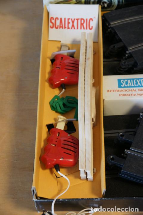 Scalextric: Scalextric GP-16. 3 coches + 2 mandos + 17 pistas + fuente de alimentación + caja bien conservada. - Foto 18 - 230688090
