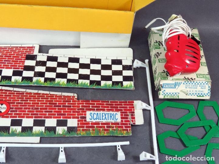 Scalextric: Lote Scalextric Exin con vallas peraltes mando caja cartón ver fotos años 70 - Foto 2 - 222738672