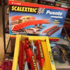 Scalextric: SLOT, SCALEXTRIC 8807,PUENTE COMPLETO, CON ESTRUCTURA DE PILARES Y VALLAS LATERALES. Lote 245285575