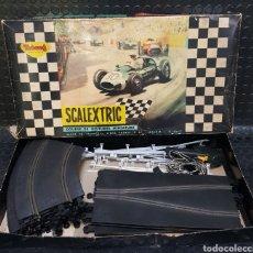 Scalextric: SCALEXTRIC 32T A TRIANG MADE IN FRANCE. CAJA Y LOTE DE PIEZAS VARIADAS. Lote 269966218