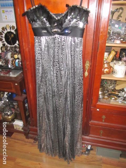 6beb7f6a3 Original vestido de fiesta negro y plata, con plumas en escote y pedrería.  Talla 40. Marca Balizza.
