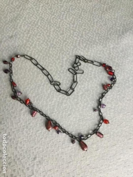 Segunda Mano: Collar de anillas negras y piedras en diferentes tonos, está nuevo. - Foto 3 - 140567646