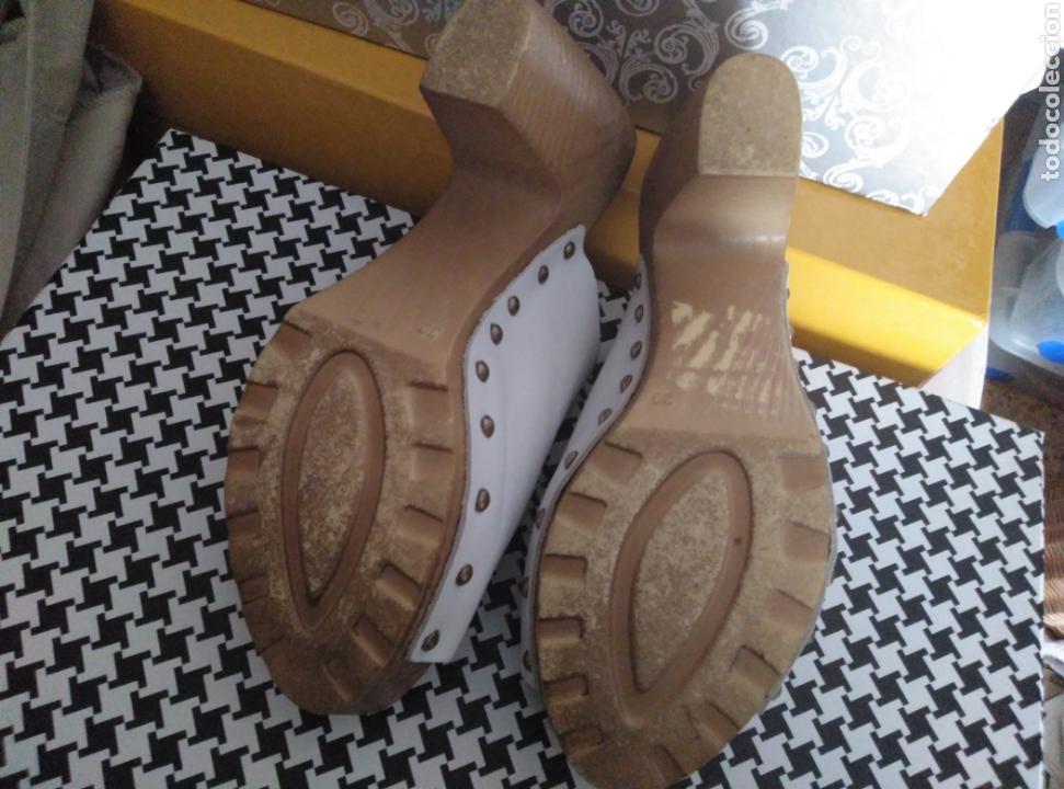 Segunda Mano: Zapatos zuecos piel blancos Vogue, suela madera, tachuelas, núm 39 - Foto 6 - 166800069
