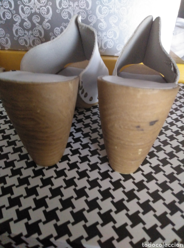 Segunda Mano: Zapatos zuecos piel blancos Vogue, suela madera, tachuelas, núm 39 - Foto 3 - 166800069