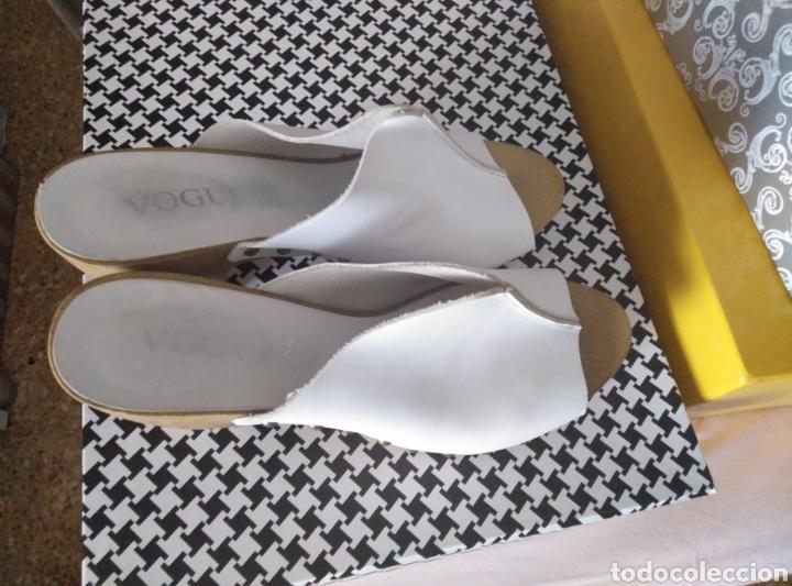 Segunda Mano: Zapatos zuecos piel blancos Vogue, suela madera, tachuelas, núm 39 - Foto 5 - 166800069