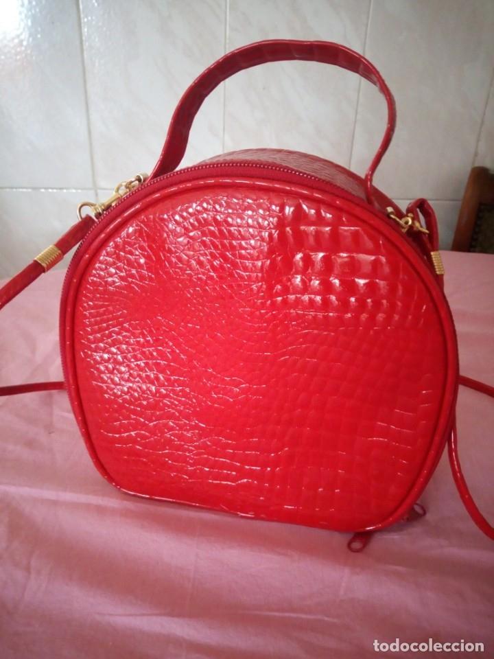 Segunda Mano: Bonito bolso rojo efecto piel de cocodrilo estilo bandolera - Foto 2 - 172246198