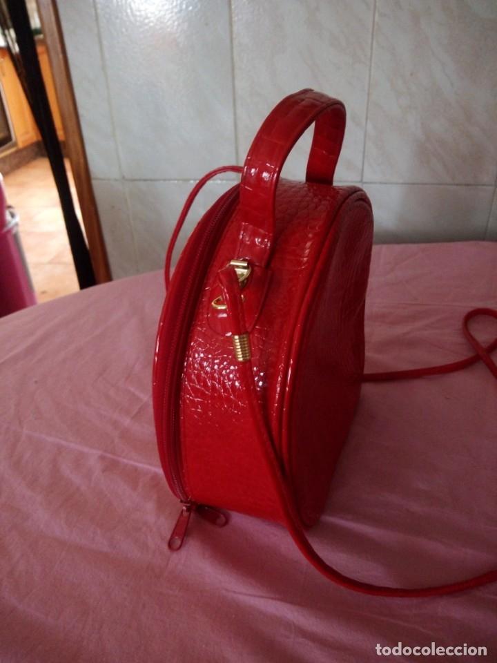 Segunda Mano: Bonito bolso rojo efecto piel de cocodrilo estilo bandolera - Foto 3 - 172246198