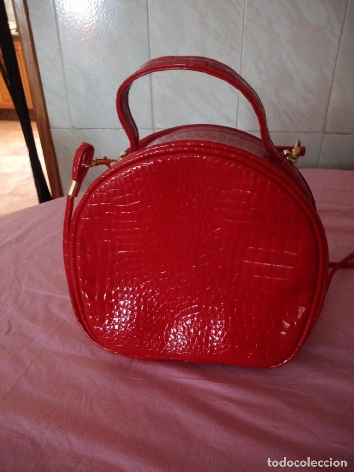 Segunda Mano: Bonito bolso rojo efecto piel de cocodrilo estilo bandolera - Foto 4 - 172246198