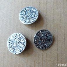 Segunda Mano: LOTE 3 BOTONES ANTIGUOS DECORADOS CON METAL. Lote 173594422