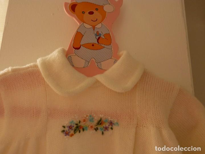 Segunda Mano: Vestido de punto con flores bordadas Pili Carrera, talla 6 meses. Percha regalo - Foto 2 - 206836222
