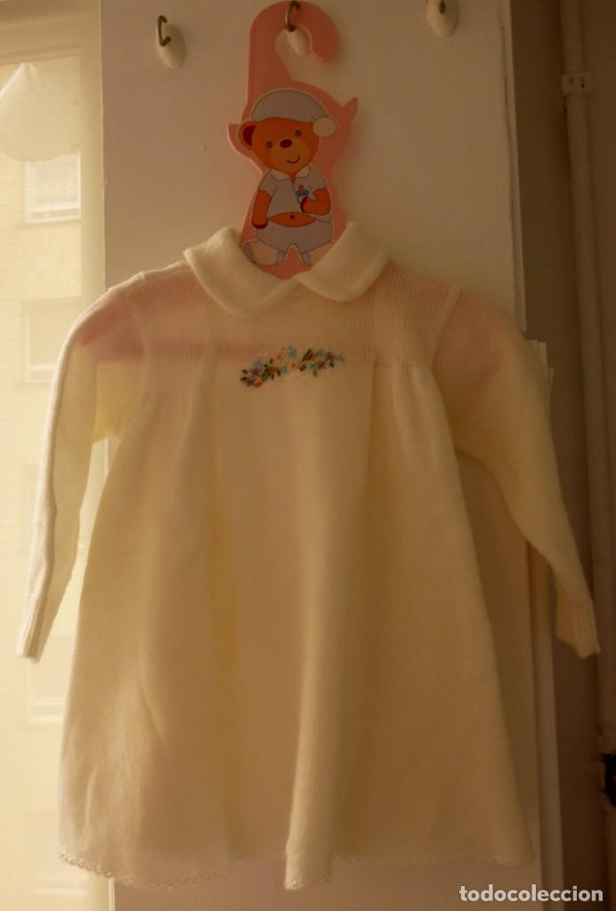 Segunda Mano: Vestido de punto con flores bordadas Pili Carrera, talla 6 meses. Percha regalo - Foto 3 - 206836222