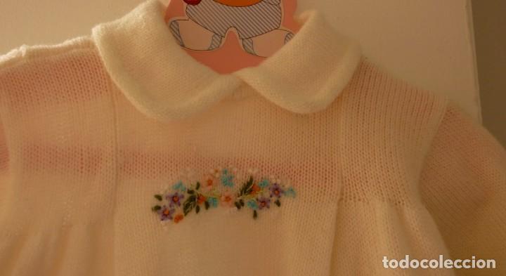 Segunda Mano: Vestido de punto con flores bordadas Pili Carrera, talla 6 meses. Percha regalo - Foto 4 - 206836222