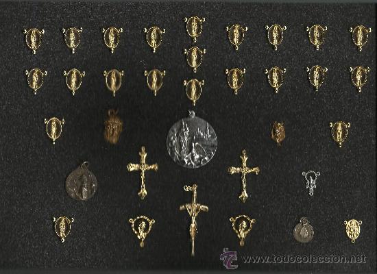 PRECIOSA Y RARA COLECCION DE MEDALLAS MONTADA EN ARMARIO 35 X 23 CM.DE MADERA CON TAPA DE CRISTAL (Segunda Mano - Hogar y decoración)