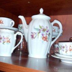 Segunda Mano - Juego de cafe de porcelana, compuesto de cafetera, lechera y 4 tazas con platos. - 46756826