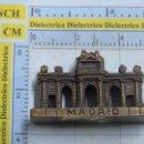 Segunda Mano: FIGURA DE METAL DE LA PUERTA DE ALCALÁ, MADRID. 60 GR. Lote 55143794