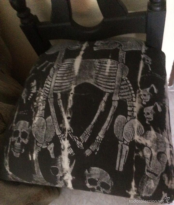 Segunda Mano: Gothic, Punk, Heavy. Silla con tapizado de calaveras. Sólo recogida en mano, en Sevilla capital. - Foto 3 - 56098996