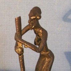 Segunda Mano - pequeña figura africana de bronce (7cm aprox de alto) - 64178767